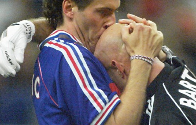 648x415 Emmanuel Macron croise Fabien Barthez en allant voter et l'embrasse sur le crâne