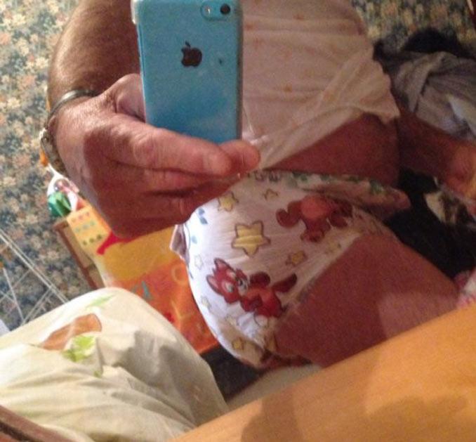 jean-marie-le-pen-couches-culottes-pampers-snapchat-selfie-1 Jean-Marie Le Pen se photographie portant des couches sur Snapchat : provocation ou démence ?