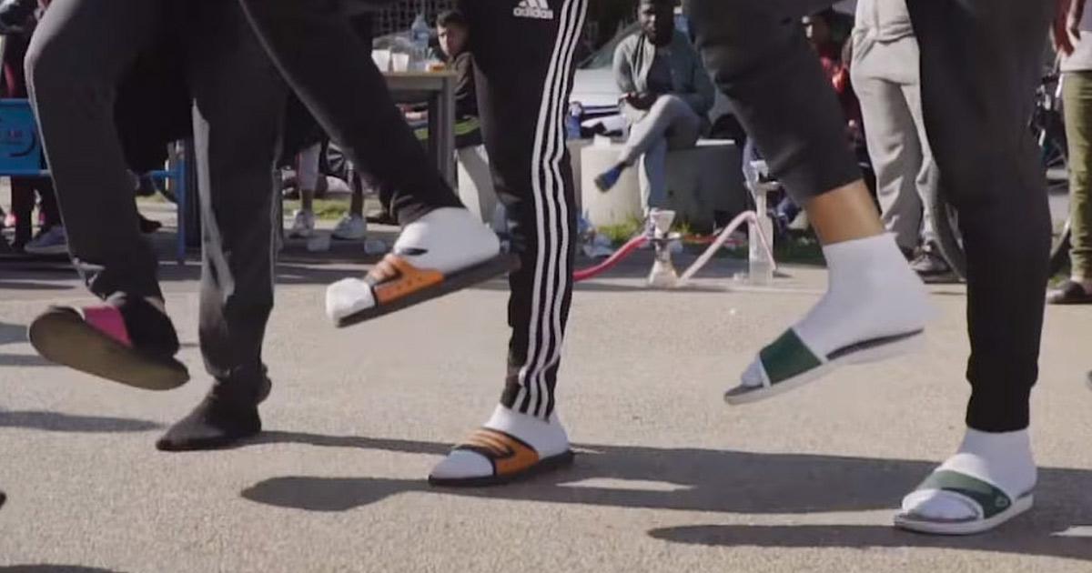 La libido des jeunes a chuté de 21% depuis la mode des claquettes-chaussettes