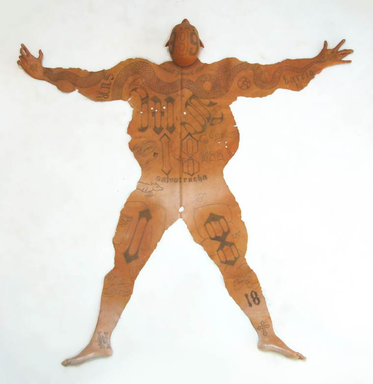 peau-de-gangster-tatoue-tatouages-ms13-2 Un policier mexicain transforme des gangsters tatoués en peaux de bêtes pour les riches
