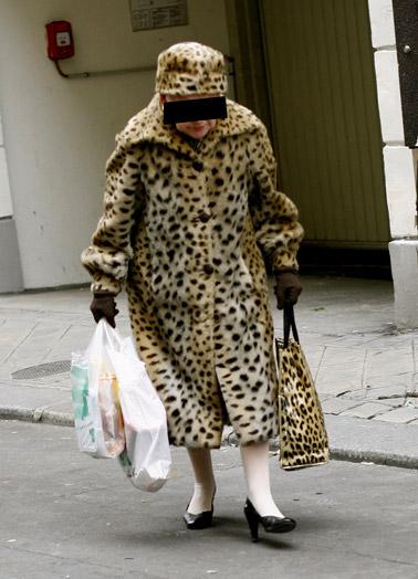 foururre Une vieille dame en manteau de fourrure sauvagement violée par des léopards au zoo de Maubeuge