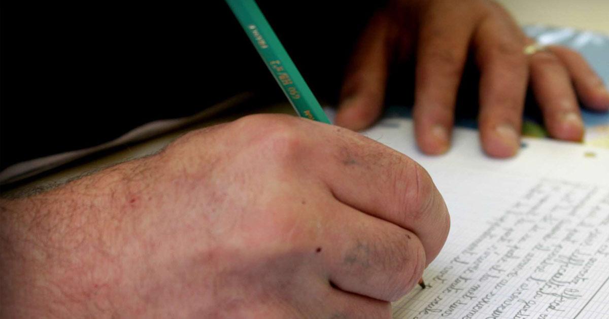 Détenu qui écrit une lettre