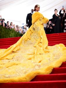 """rihanna-crepe-225x300 Pour fêter la Chandeleur, Rihanna porte une très belle robe """"pâte à crêpes"""""""