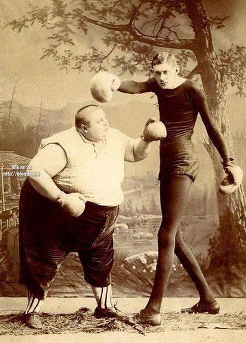 Avant de créer des catégories de poids à la boxe, tous les boxeurs étaient dans la même catégorie ... ce qui donnait lieu à des rencontres étonnantes.