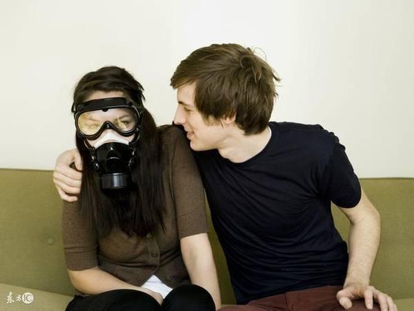 couple-masque-gaz Nicolas sent si mauvais ... que sa femme doit porter un masque à gaz