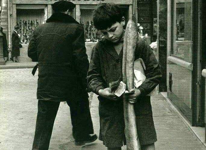 Dans le temps, les enfants étaient beaucoup plus petits que maintenant; On peut le constater en les comparant aux baguettes de pain ...
