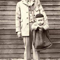 Aux USA l'introduction des premiers envois de colis postaux (1913) correspond aussi à la démocratisation des divorces et des premières gardes alternées. Il n'était pas rare que les parents séparés s'envoient leurs enfants par la poste d'une semaine à l'autre.