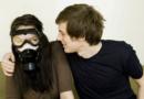 Nicolas sent si mauvais … que sa femme doit porter un masque à gaz