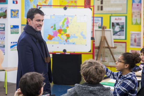 Manuel Valls fait le tour des écoles pour demander aux enfants de ne pas l'appeler «Manu» mais «Monsieur Le Président»