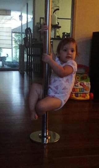 baby-pole-dance-1-1 Des cours de pole dance pour bébés dans une école de striptease à Paris
