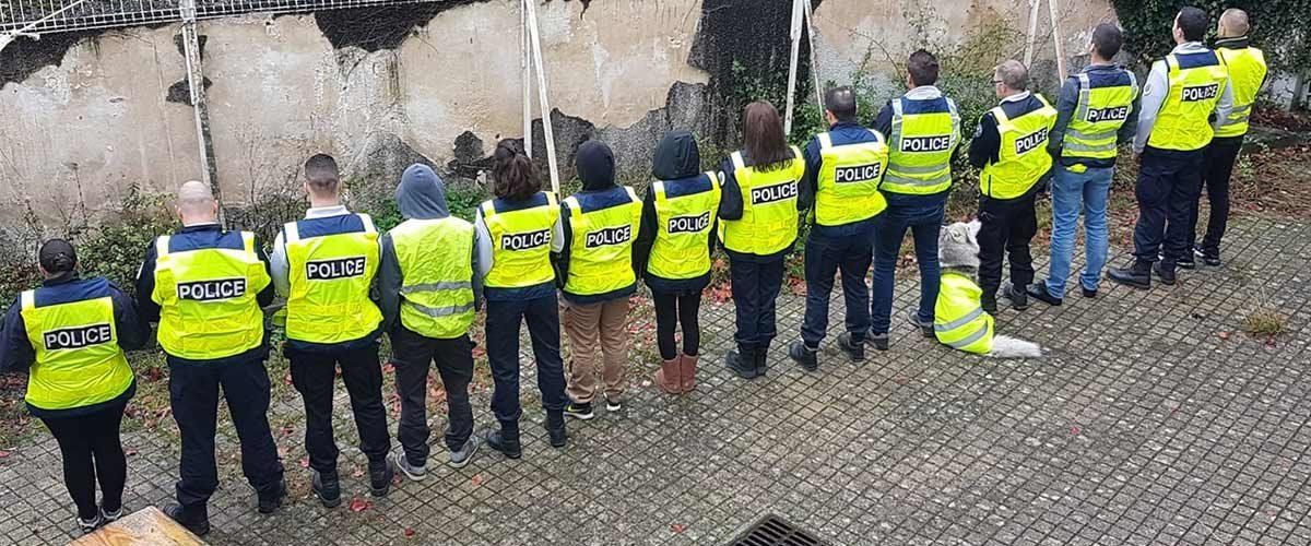 Des policiers punis contre un mur et mis au coin parce qu'ils portaient des Gilets Jaunes