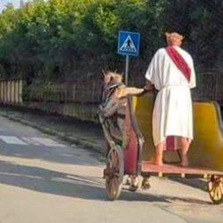 Son chauffeur mis à pied, Macron se déplace en char déguisé en empereur romain